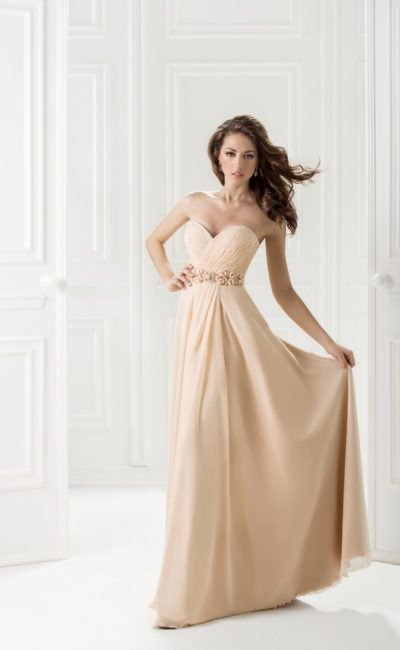 Открытое вечернее платье бежевого цвета с лифом в форме сердца.