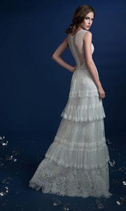 Кокетливое свадебное платье прямого кроя с кружевными оборками на юбке.