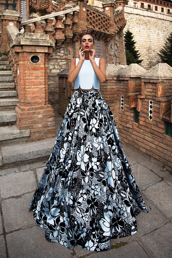 Оригинальное вечернее платье с укороченным топом и юбкой в крупный цветок.