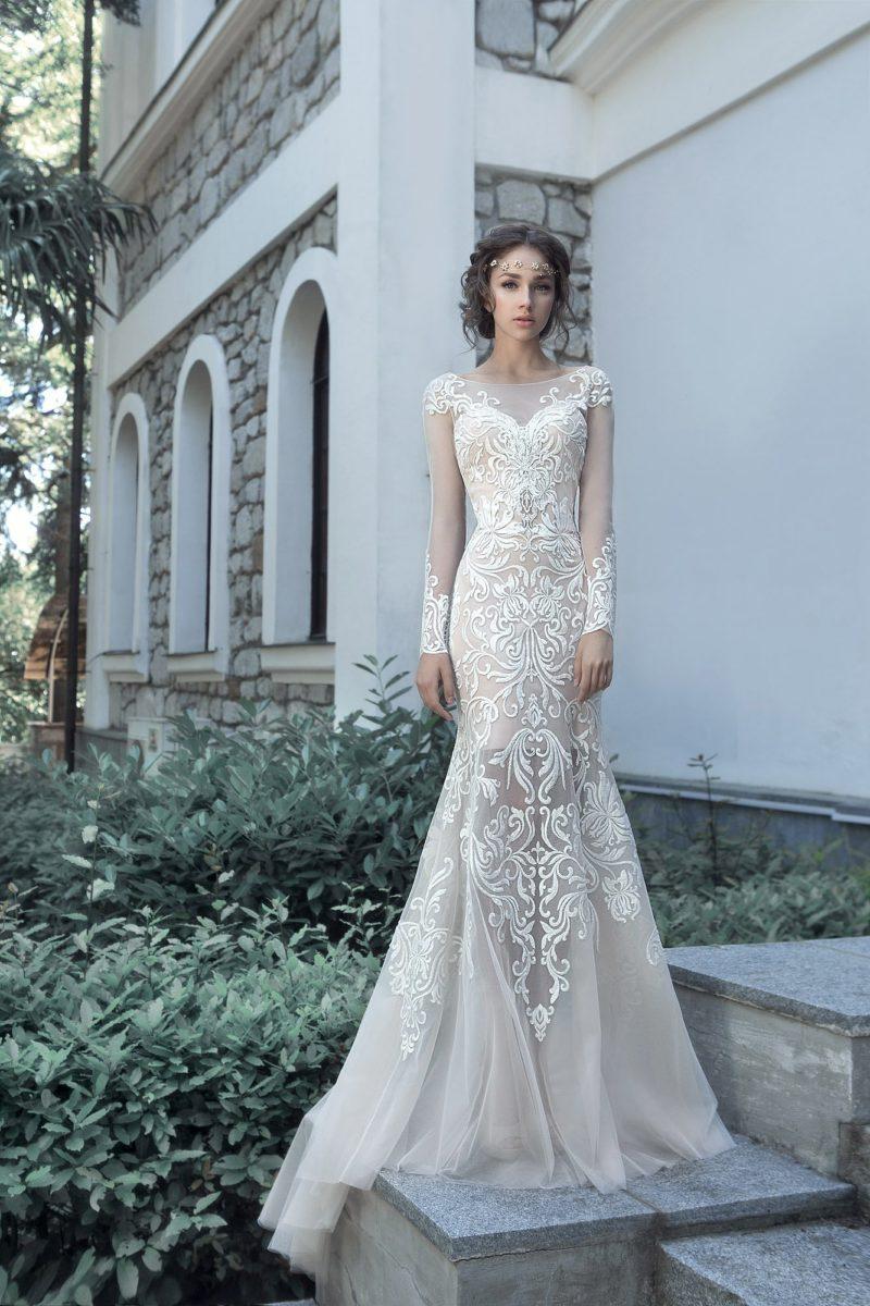 Эффектное свадебное платье «рыбка» с крупным кружевным декором.
