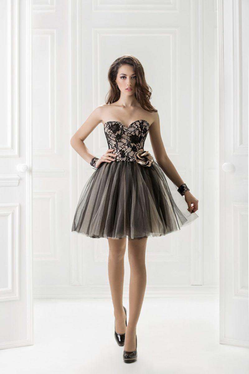 Пышное вечернее платье с лифом-сердечком и короткой юбкой.