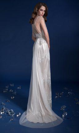 Сияющее свадебное платье с прямой юбкой с полупрозрачным шлейфом.