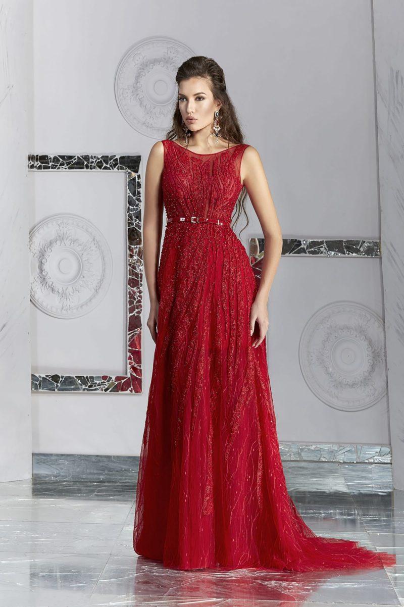 Прямое вечернее платье бордового цвета с бисерной отделкой по всей длине.