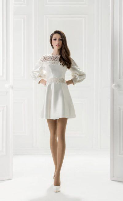 Атласное вечернее платье с пышным рукавом и юбкой выше колена.