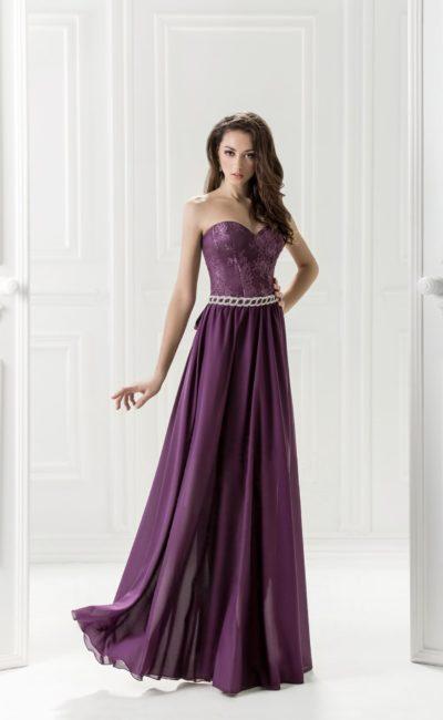 Фиолетовое вечернее платье с открытым декольте в форме сердца.