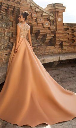Темно-бежевое вечернее платье с закрытым серебристым верхом.