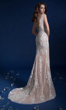 Облегающее свадебное платье на бежевой подкладке с открытой спиной.