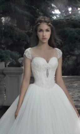 Пышное свадебное платье с лифом в форме сердца и кружевной спинкой.
