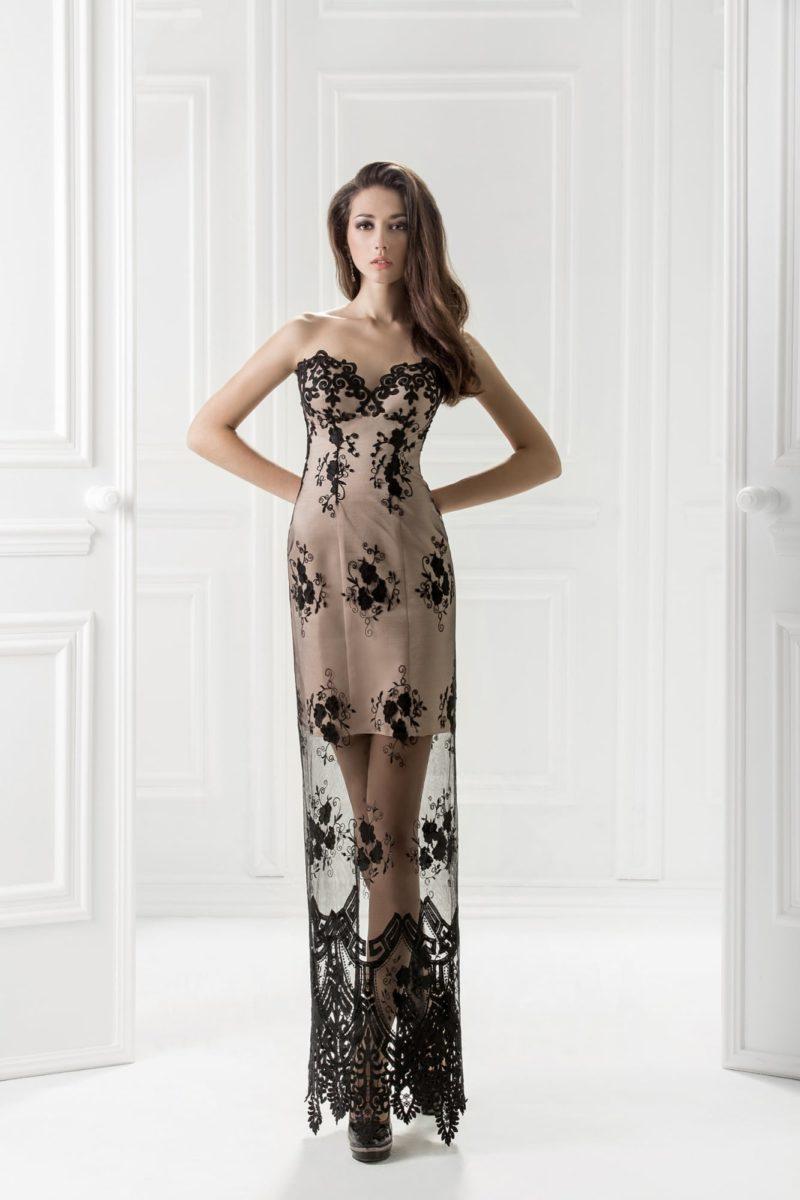 Бежевое вечернее платье с отделкой черным кружевом.