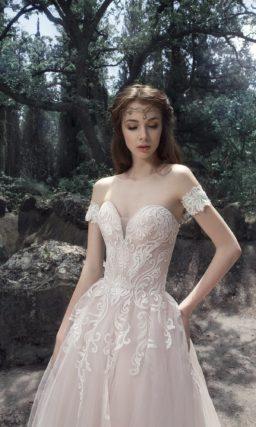 Бежевое свадебное платье с открытым лифом и воздушной юбкой.