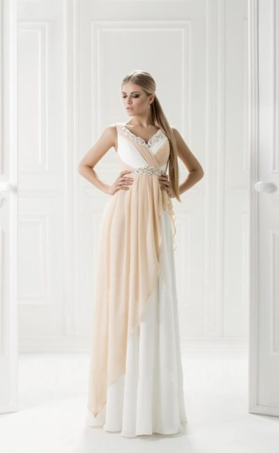 Бежево-белое вечернее платье с юбкой прямого кроя.