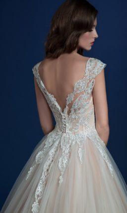 Бежевое свадебное платье с белоснежной отделкой и пышной юбкой.