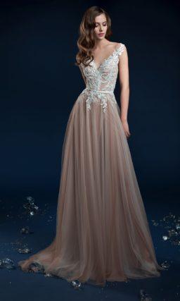 Бежевое свадебное платье прямого кроя с кружевом на закрытом лифе.