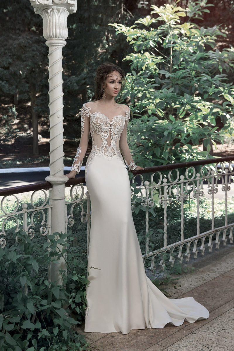 Прямое свадебное платье с полупрозрачным верхом и длинным шлейфом.