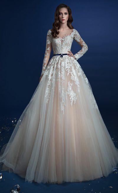 Бежевое свадебное платье с белым кружевом и узким синим поясом.