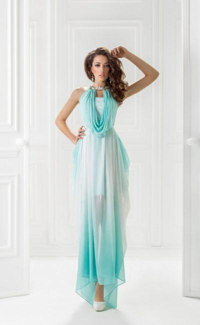 Полупрозрачное вечернее платье с пышными драпировками.