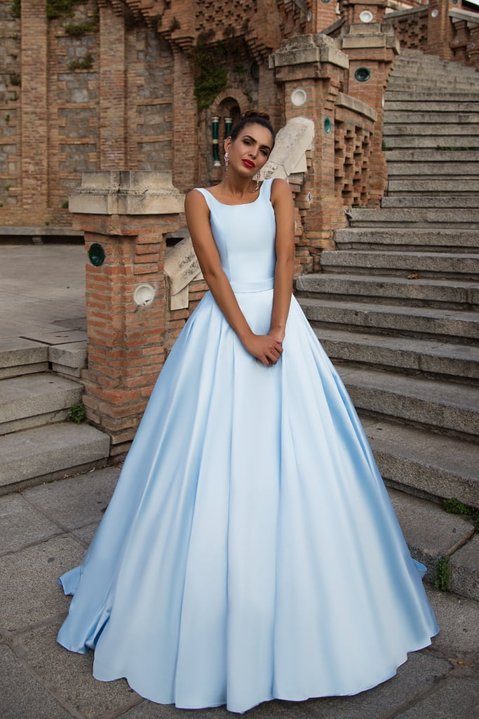 Атласное вечернее платье голубого цвета с открытой спинкой.