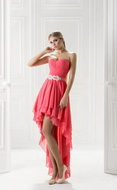 Вечернее платье с многослойной юбкой с укороченным подолом.