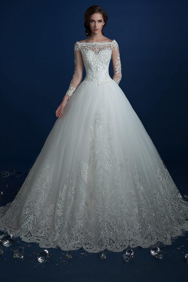 Пышное свадебное платье с роскошным шлейфом и длинными тонкими рукавами.