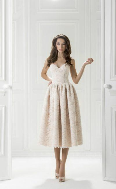 Вечернее платье с объемной юбкой длиной до середины икры.