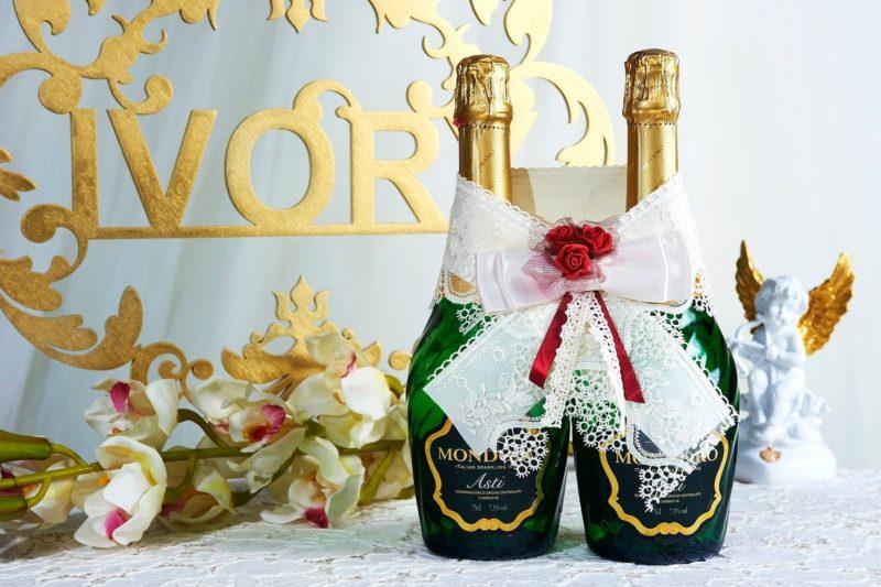 Атласное украшение с алыми бутонами для бутылок шампанского.