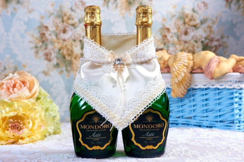 Атласное украшение для шампанского с кружевом и бисерной вышивкой.