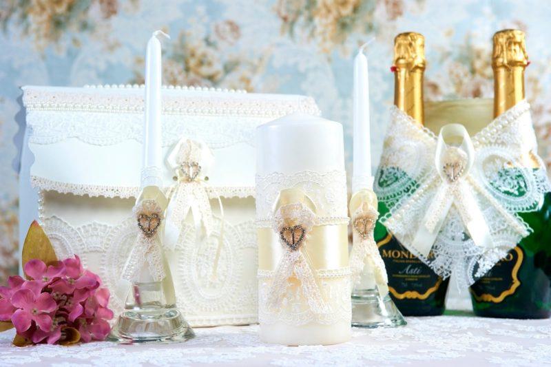 Свадебный набор оттенка слоновой кости, с кружевом и лентами.
