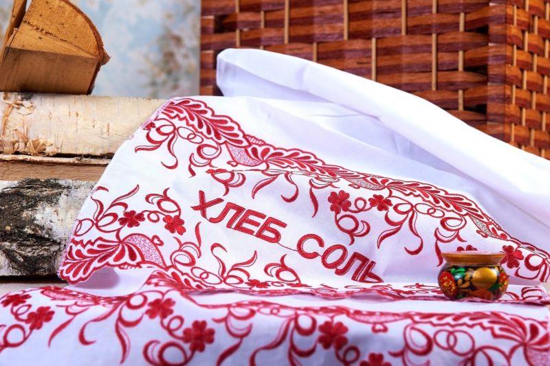 Белый свадебный рушник с красной отделкой и надписью «Хлеб соль».