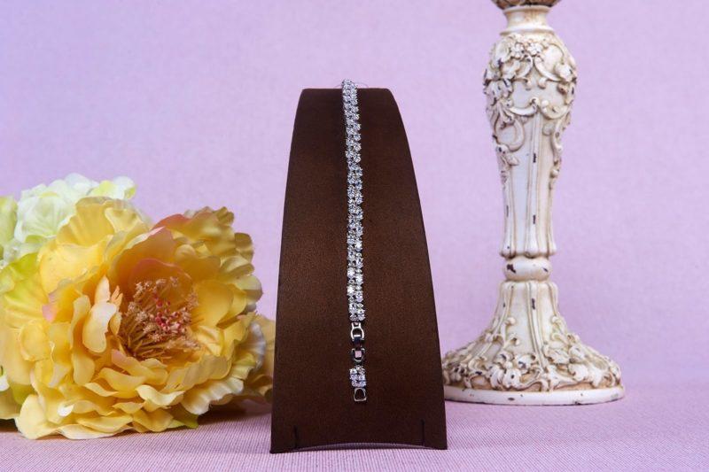 Изысканный серебристый браслет, оформленный небольшими стразами.