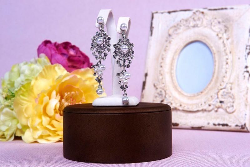 Сверкающие свадебные сережки с крупными жемчужинками.