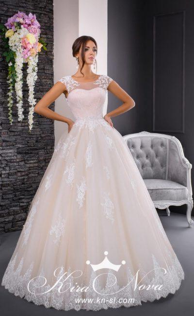 Свадебное платье цвета слоновой кости с закрытым верхом и традиционной пышной юбкой.
