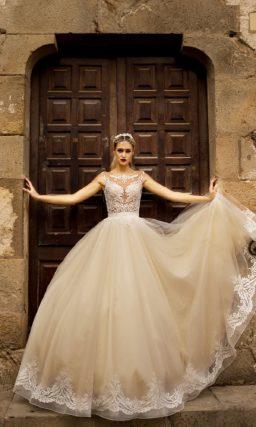 Свадебное платье с нежной пудровой юбкой и элегантным облегающим верхом.