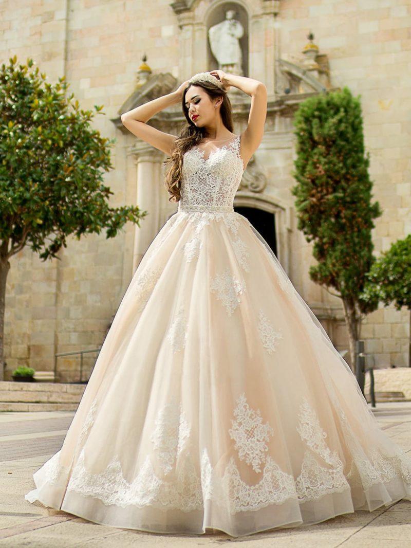 Утонченное свадебное платье с кружевным корсетом и многослойной юбкой кремового цвета.