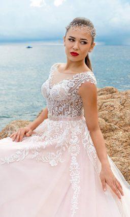 Розовое свадебное платье пышного кроя с полупрозрачным лифом из кружевной ткани.