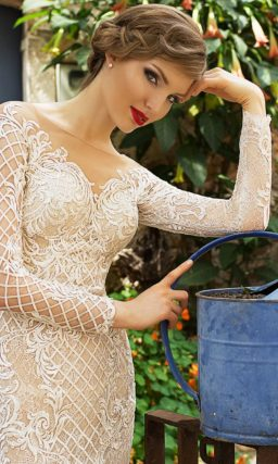 Облегающее свадебное платье из белого кружева на подкладке в тон кожи.