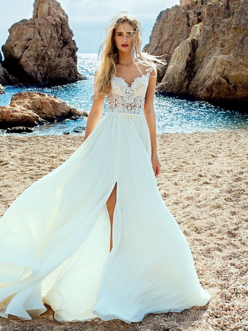 Романтичное свадебное платье с легкой прямой юбкой с разрезами.