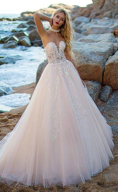 Пышное свадебное платье с полупрозрачным лифом с вырезом в форме сердца.