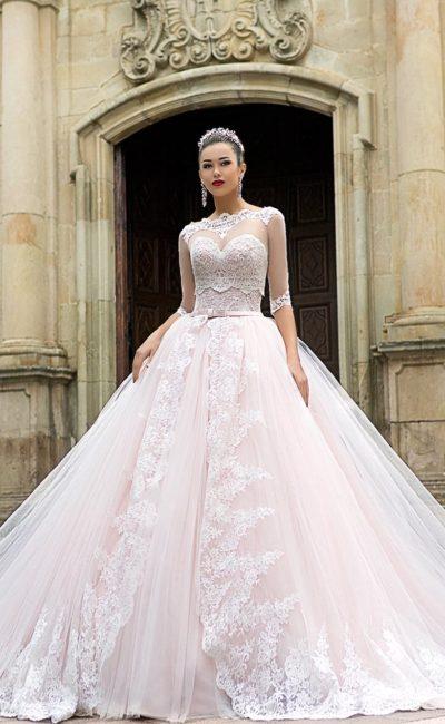 Свадебное платье с фактурным корсетом и тонким кружевным топом.