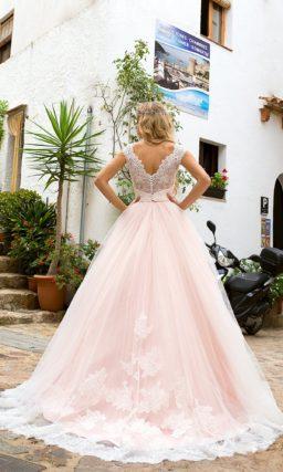 Пышное свадебное платье с изящным верхом из кружева и вырезом на спине.