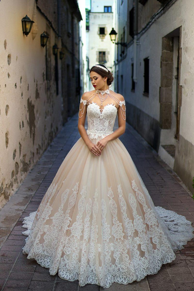Золотистое свадебное платье с роскошным пышным силуэтом, дополненное белым кружевом.