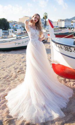 Великолепное свадебное платье с воздушным силуэтом и эффектным кружевом.