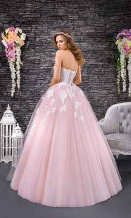 Свадебное платье с нежной розовой юбкой пышного кроя и кружевным корсетом.
