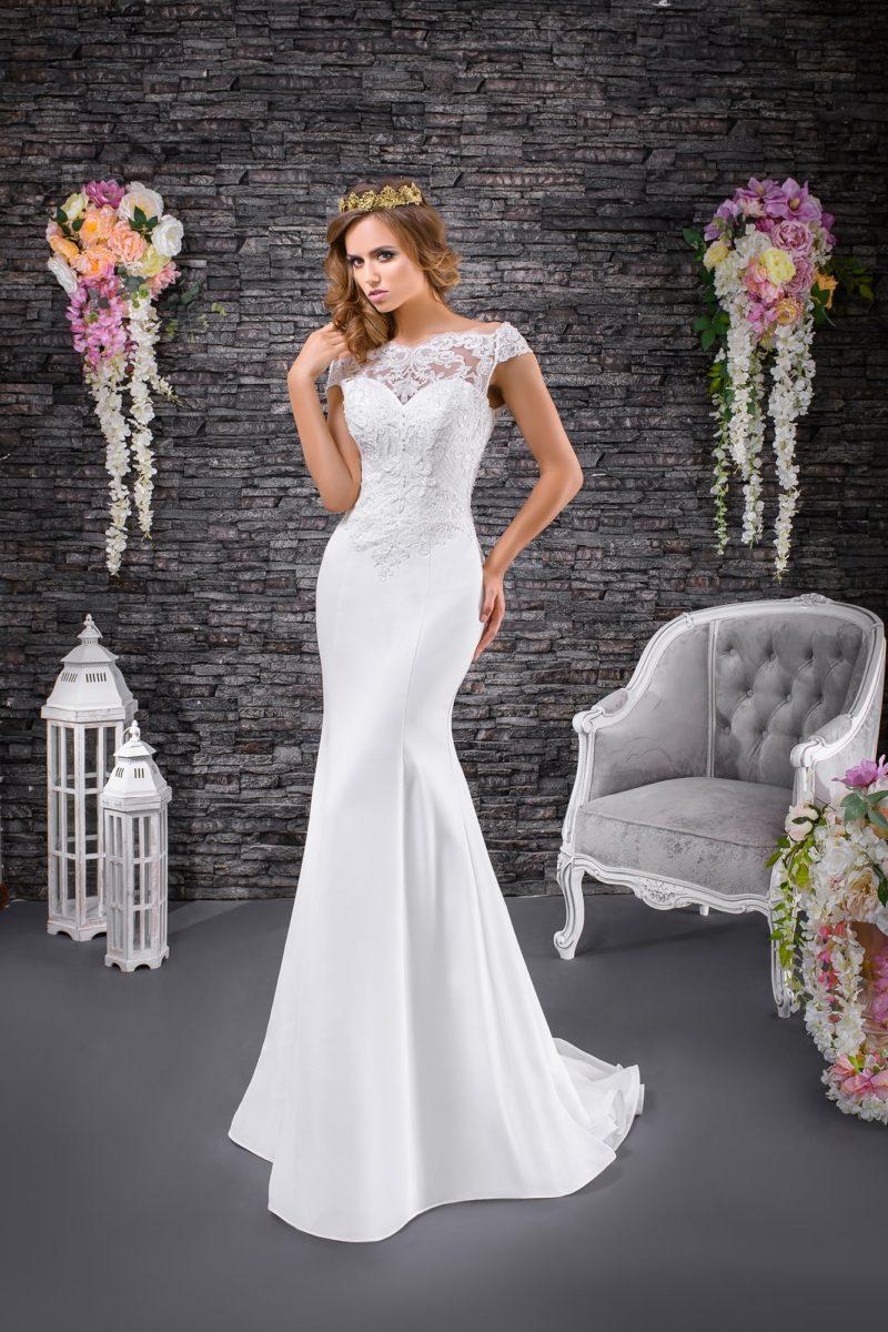 Свадебное платье с кружевным верхом и облегающей юбкой с торжественным шлейфом.
