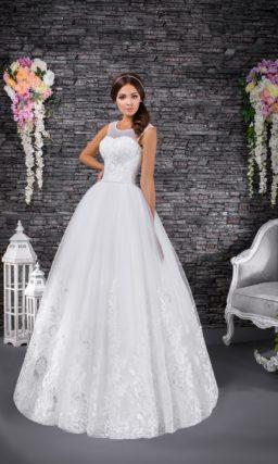 Пышное свадебное платье с декором из глянцевого кружева и вырезом под горло.