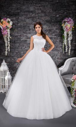 Свадебное платье с корсетом, закрытым плотным кружевом, и многослойным низом.