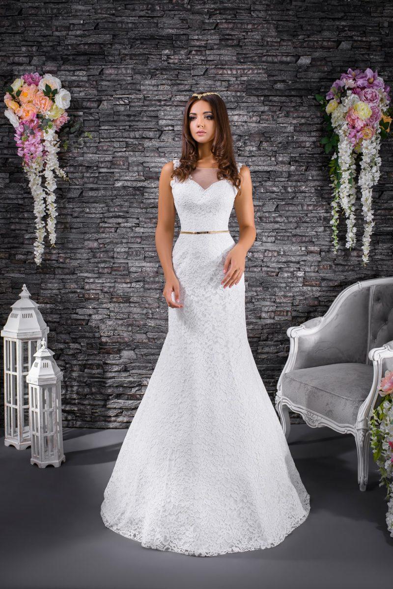 Изящное свадебное платье «русалка» с узким золотистым поясом и длинным шлейфом.