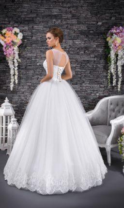 Восхитительное свадебное платье с многослойным низом и корсетом, покрытым кружевом.
