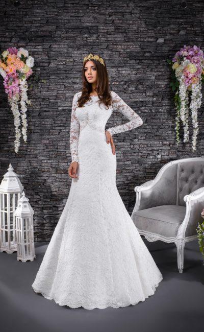 Свадебное платье с небольшим вырезом на спине и рукавами из кружевной ткани.