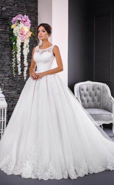 Свадебное платье с кружевным верхом и многослойным подолом из тюльмарина со шлейфом.