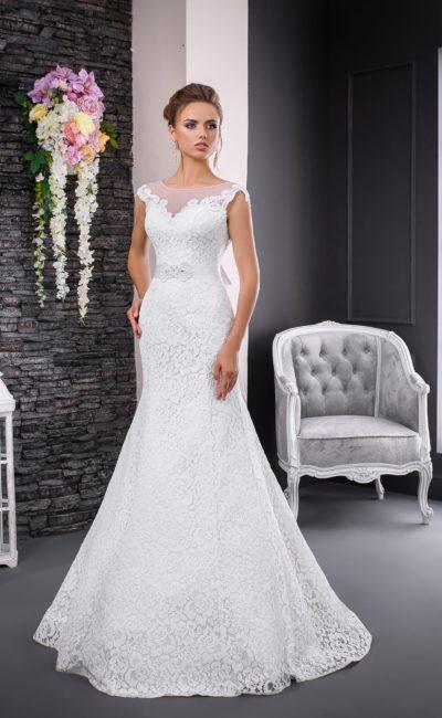 Кружевное свадебное платье с изящным поясом, украшенным спереди вышивкой.